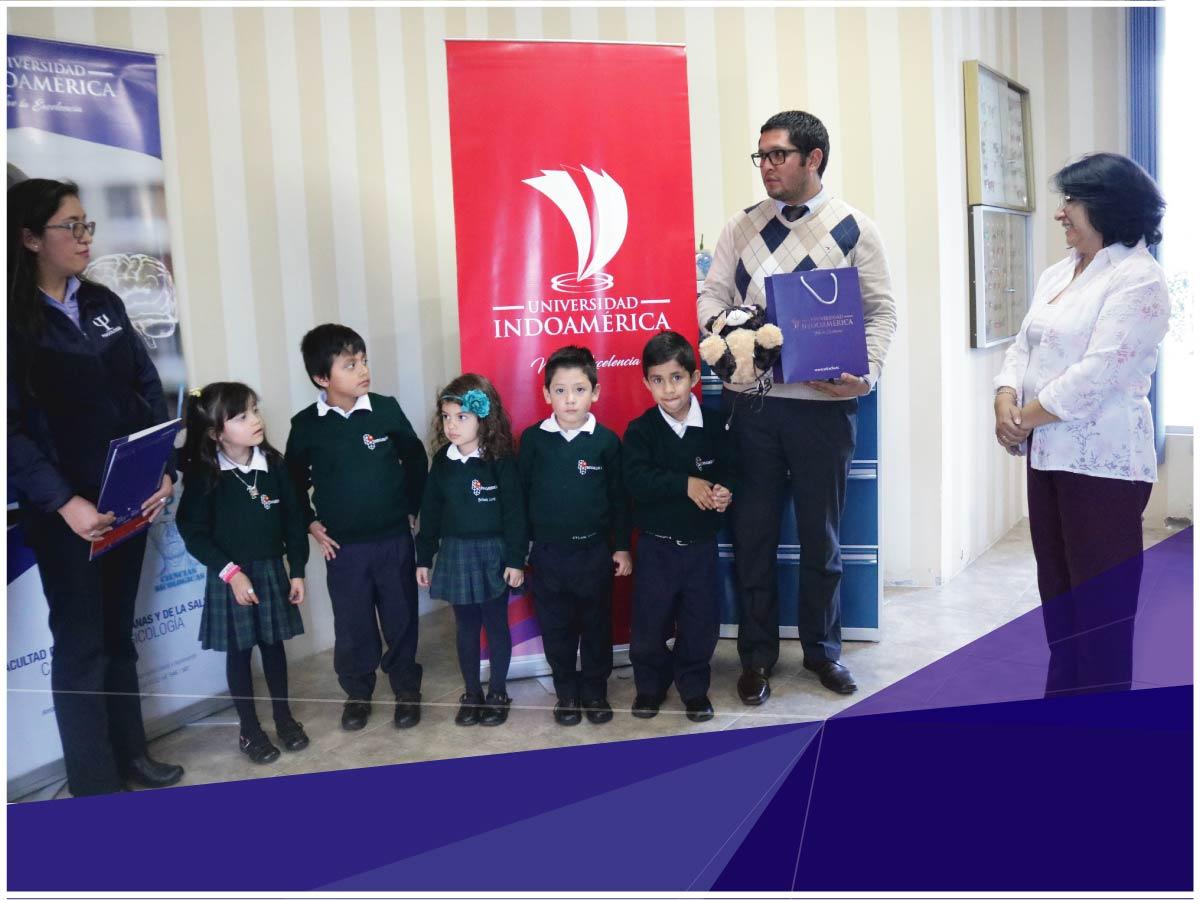 Universidad Indoamérica entrega kits de lectoescritura a dos Unidades Educativas de Ambato